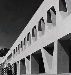 Arqs. Ricardo Legorreta, Ramiro Alatorre, Noé Castro, Carlos Hernández y Mathias Goeritz Smith, Kline & French Laboratories, Mexico City, 1964