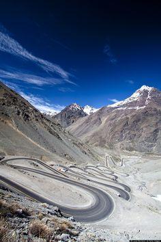 #18. ロス・カラコレス・パス(チリ) こんな道路見たことある!?世界の変わった道路25選