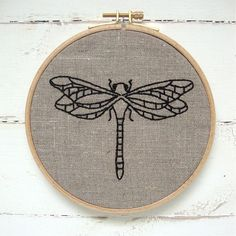 Embroidery kit natural linen dragonfly design por iHeartStitchArt, $27.00