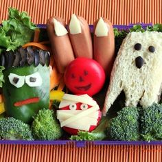 Halloween Bento Box would use some of these for veggie dip display the hot dog nails super creative Halloween Kids, Halloween Treats, Halloween Party, Apple Bite, Boite A Lunch, Bento Box Lunch, Lunch Boxes, Monster Crafts, Halloween Prop