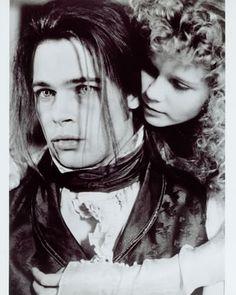 "Brad Pitt y Kirsten Dunst en ""Entrevista con el Vampiro"" (Interview With The Vampire), 1994 Kirsten Dunst, Tom Cruise, Brad Pitt Interview, Lestat And Louis, Movie Stars, Movie Tv, Image Paris, The Vampire Chronicles, Vampire Love"