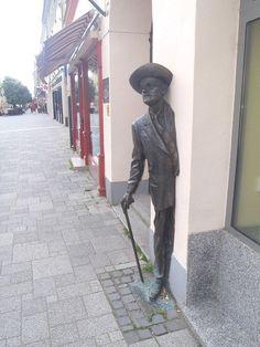 James Joyce – Hungary From 100 Famous works of art - creative sculptures and statues world James Joyce, Famous Words, Famous Art, Visionary Art Museum, Blue Mustang, Rock Sculpture, Walker Art, Tower Of London, Bratislava