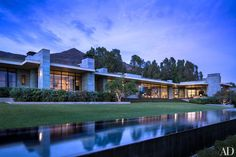 Evening at the Malibu, California, home of real-estate entrepreneur Kurt Rappaport. The architecture and landscaping are by Scott Mitchell Studio, and the interiors are by Denise Kuriger Design California Architecture, Modern Architecture, Residential Architecture, Beautiful Interiors, Beautiful Homes, Scott Mitchell, Malibu Homes, Los Angeles Homes, Architectural Digest