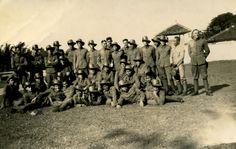 Voetbalveld 'Gedong Delapan' bij KNIL legerplaats Tjimahi - 1939/1940 Jacob Huisman staat 3e van links met de armen over elkaar. Samen met Ambonezen en Menadonezen van het KNIL op de foto