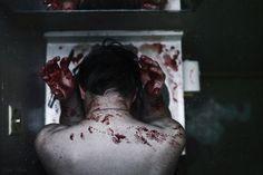 Mis monstruos quieren salir, me rompen los pellejos y me arrebatan mi fuerza.