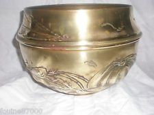 ANCIEN GRAND CACHE POT EN CUIVRE OU LAITON DECOR DE FLEUR