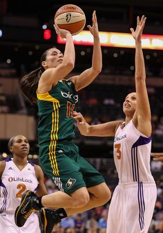 From Sue Bird and Tamika Catchings to Diana Taurasi and Cappie Pondexter, the greatest WNBA players in history in photos. Basketball History, Basketball Uniforms, Basketball Players, Mba Basketball, Basketball Association, Jordan Outfits Womens, Candace Parker, Uconn Womens Basketball, Sport Nutrition