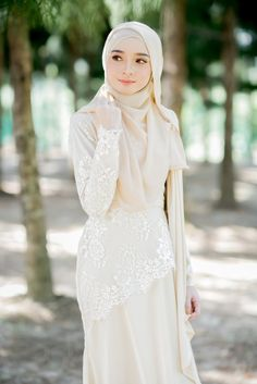 -Valentro Satin - Creamcolour French lace - Design with a belt to define your waist -Wudu' friendly -Dry clean  **Due to lighting colours may vary slightly