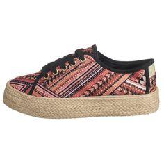 Durch sein Ethno-Muster zeichnet sich das textile Obermaterial dieser Blink® by BRONX Sneakers aus. Eine tolle Ergänzung bietet die Plateau-Sohle im Bast-Look.