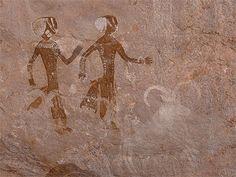 """Peinture rupestre de Tin Zoumaïtek  © christian M - Avril 2010 Cet extraordinaire panneau peint date de la période dite des """"têtes rondes"""", la plus ancienne représentée sur le plateau (environ 8000-6000 avant J.C.). Algérie"""