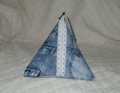 Une jolie pochette idéal pour transporter des petites choses indispensable comme son portable lors des balades, faire un cadeau ou la fête des mères.  Elle est réalisée dans - 17391538