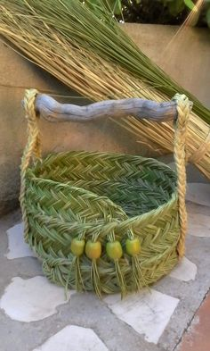 Flax Weaving, Weaving Art, Weaving Patterns, Basket Weaving, Craft Projects, Projects To Try, Maori Designs, Newspaper Basket, Diy Porch