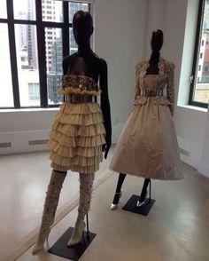 Vogue está agora no showroom da @Chanelofficial em Nova York para o resee da coleção de alta-costura que traz nas peças ombros fortes e quadris erguidos em shapes inspirados na obra de Giacometti que aparecem ora em peças únicas - que parecem ser duas - ora em looks que propõem um contraste de bruto e suave. Destaque para os elaborados bordados que simulam espelhos quebrados. (Via @nomello) #voguenanyfw  via VOGUE BRASIL MAGAZINE OFFICIAL INSTAGRAM - Fashion Campaigns  Haute Couture…