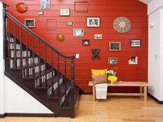une cage d'escalier aux couleurs contrastées agrémentée d'une galerie murale, lambris rouge tonique qui fait ressortir l'escalier en blanc et marron Style At Home, Stairs, Style Inspiration, House Styles, Home Decor, Rest, Narrow Staircase, White Staircase, Panelling