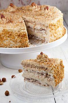 DE-LI-CI-OUS mocha and hazelnut meringue pie! It may seem a lot of work, but it really isn't! Homemade hazelnut meringues and a mocha cream together, mm! Hazelnut Meringue, Meringue Cake, Hazelnut Cake, Meringue Recept, Moka, Food Cakes, Cupcake Cakes, No Bake Desserts, Dessert Recipes
