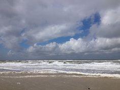 strand bij de Zandmotor. wolkenlucht storm Kijkduin Ter Heijde