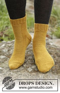 Mustard Toes knitted socks by DROPS Design  Free Pattern