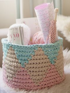 Cesta Tapestry de Crochet tejida a mano con Trapillo от SusiMiu korb textilgarn Tapestry Crochet basket woven by hand with Trapillo Fabric Yarn, Crochet Fabric, Crochet Home, Diy Crochet, Crochet Storage, Basket Weave Crochet, Knit Basket, Basket Weaving, Crochet Baskets