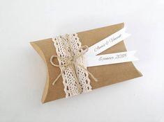 Boîte à dragées en forme de coussin, réalisé avec du papier épais couleur kraft. Idéal pour un mariage romantique, champêtre chic. Dimension: 7 cm x 10 cm. Couleur de la boîte: kraft Dentelle en coton (le motif peut changer en fonction du stock) Noeud réalisé avec de la ficelle en lin.