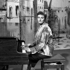 """Barbara au piano dans l'émission """"Magazine de la chanson""""  Crédits : Albert…"""