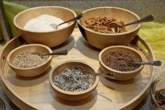 Nüsse, Saaten und exotische Gewürze stehen beim Bio-Buffet zur Auswahl. Sie bringen herrliche Aromen mit und liefern essentielle Vitalstoffe – Wellness von innen.