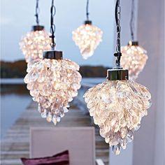 Leuchte, attraktiv traubenförmig. Aus Glas und Metall. Klein, Höhe ca. 26 cm, Ø ca. 18 cm. Groß, Höhe ca. 30 cm, Ø ca. 22 cm.