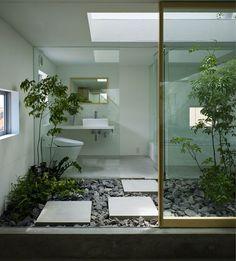 Feng Shui, en el baño. Potencia al máximo la presencia de luz natural en la estancia, coloca plantas naturales para limpiar el ambiente del espacio y cuida que la tapa del baño esté siempre cerrada, al igual que todas las puertas de armarios.