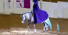 Ανεβαίνει στο άλογο και ξεκινάει! Όταν βγάζει την κάπα, μένουν όλοι άφωνοι…