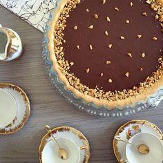 Tarte au Chocolat, Cacahuète et Caramel Beurre Salé Ingrédients : Pâte Sablée : 250 gr de farine 125 gr de beurre 1 œuf 50 gr de sucre glace 1 pincée de se
