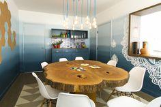 Decora Rosenbaum Temporada 3 - Copa. Parede em degradê de azul. Mesa tronco de árvore. Composição piso vinílico geométrico. Foto: Felipe Felco Valle