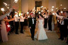 Convidados recepcionando os noivos na festa com foguinhos,