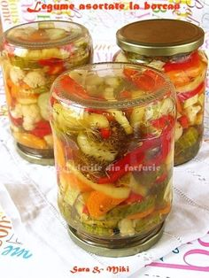 Muraturile din mai multe feluri de legume au avantajul ca gusturile se intrepatrund si cand deschidem iarna borcanul avem o varietate de gusturi. Nu este o reteta exacta, se pot face diverse… Canning Recipes, My Recipes, Canning Pickles, Jacque Pepin, Romanian Food, Romanian Recipes, Sauces, Kefir, Cucumber