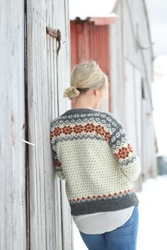 Ønsker du oppskrift på denne kofta, send en mail til: agathek Ei kofte som har fått navnet sitt fra Eng. Fair Isle Knitting Patterns, Sweater Knitting Patterns, Fair Isle Pattern, Free Knitting, Crochet Woman, Knit Crochet, Casting Off Knitting, Drops Kid Silk, Drops Alpaca