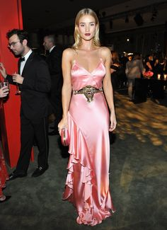 The best red carpet looks from glamorous celebrity parties: Rosie Huntington-Whiteley Red Carpet Dresses, Satin Dresses, Nice Dresses, Gowns, Rosie Huntington Whiteley, Irina Shayk, Top Models, Pink Dress, Dress Up