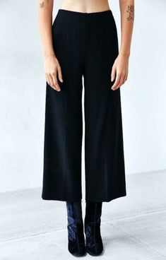 Photos via: UO Thankfully, there& no need to store your culottes or cropped pants this season. Just transition your favorites into fall and winter by pairing them with a chic tall ankle boot and comp Gaucho Pants Outfit, Wide Pants Outfit, Culottes Outfit, Trouser Outfits, Culotte Style, How To Style Culottes, Tall Girl Fashion, Style Fashion, Cropped Wide Leg Trousers