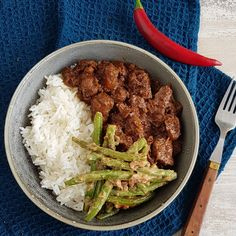 Rendang - Indonesisch stoofvleesYou can find indische hachee and more on our website. Good Healthy Recipes, Spicy Recipes, Healthy Chicken Recipes, Asian Recipes, Cooking Recipes, Happy Foods, Indonesian Food, Food Menu, No Cook Meals