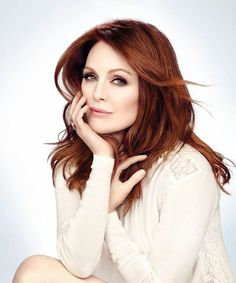 julianne moore shines in white / cream and simple styling