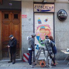 Pintando4www.niuskaillustrator.com. Estocolmo foods&drinks en La Palma 72 Conde Duque Malasaña hasta las 2:00. Hola!!! @4latasClub @elEstocolmo #callelapalma  #malasaña #condeduque #glögg #gintonic #mojitos #caipirinha #bloodymary #mahou #hotdog #hotdogs #cervezasmahou #aperolspritz #Madrid #Madrizmola #Madriz #exprimemadrid #quehacerenmadrid #madridcentro #despuesdelcine #domingo #madridtme #madridmemola #baresdemadrid #bares #baresquelugares #salirpormadrid #condeduquegente #pintamalasaña…