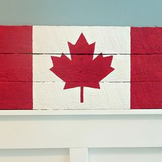 Canada flag pallet sign tutorial 1 at thehappyhousie Pallet Flag, Pallet Signs, Pallet Wood, Pallet Patio, Happy Canada Day, Diy Fan, Old Pallets, Pallet Creations, Wooden Diy