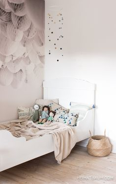 Filzkugel-Mobile { DIY } - HEIMATBAUM Felt Mobile for the kidsroom in shades of blue and green. Bolia wallpaper. Vintage bed.
