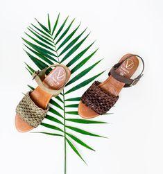 Sandalen zijn nu onmisbaar! Maak je klaar voor de zomer en shop je sandalen, espadrilles en slippers met fantastische korting! 🤩  #desplenterschoenen #schoenenwinkel #terneuzen #hulst #goes #kooplokaal #Alpargatas #AlpargatasViguera #sandals #espadrilles Fashion Shoes, Espadrilles, Spring Summer, Prints, Slippers, Shopping, Sandals, Espadrilles Outfit, Slipper