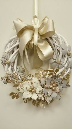 Christmas wreath with wicker decorations in hand made fommy. Xmas Crafts, Christmas Projects, Diy And Crafts, Wreaths And Garlands, Holiday Wreaths, Christmas Colors, Christmas Decorations, Christmas Ornaments, Shabby Chic Wreath