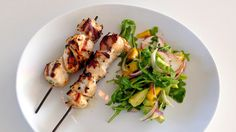 Enkle kylling-grillspyd med frisk mangosalat - Godt.no - Finn noe godt å spise