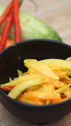 Acar Kuning adalah sebuah masakan yang berbahan dasar sayuran yang diberi bumbu dasar kuning dan bercita rasa sedikit asam, segar dan gurih. Mie Goreng, Asian Recipes, Healthy Recipes, Western Food, Indonesian Food, Vegetable Recipes, Food Hacks, Food Dishes, Food Videos