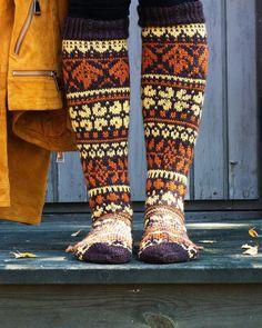 Syysmetsän sukat – kirjoneulesukat Niina Laitisen ohjeella | Meillä kotona Rainbow Socks, Rainbow Dog, Men In Heels, Red Green Yellow, Knitting Socks, Knit Socks, Knitting Ideas, Leg Warmers, Mittens