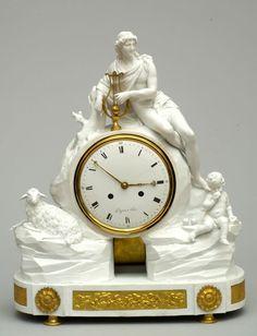 Importante & rare pendule d'Apollon en porcelaine dure non émaillée. Imposant cadran émaillé, signé de l'horloger Dupas à Paris. Fine décorations en bronzes dorés.  Paris, manufacture du Duc d'Angoulême fin du 18e siècle.
