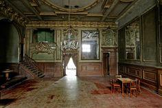 BERLIN, der wunderschöne Spiegelsaal in Clärchens Ballhaus, in der Auguststrasse in Mitte. Dort kann man feiern, tanzen, zuhören, geniessen ... HINGEHEN!!! :-)