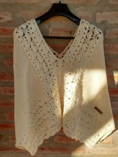 Poncho combinado crochet y dos agujas x Silvana Gloria tejidos Crochet Shawl Free, Crochet Shawls And Wraps, Crochet Cardigan Pattern, Crochet Cross, Knitted Shawls, Crochet Scarves, Lace Knitting, Crochet Clothes, Knit Crochet
