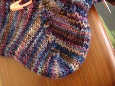 Easiest Way to do a Short Row Heel Gotta try this one! The Easiest Way to do a Short Row Heel Knitting Short Rows, Knitting Stitches, Knitting Socks, Free Knitting, Finger Knitting, Crochet Socks, Knitted Slippers, Knit Or Crochet, Knit Socks