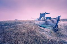 Altes Fischerboot in den Dünen (Zingst/Darß/Ostsee) / Old fishing boat in the dunes (Zingst/Darss/Baltic Sea) Baltic Sea, Boote, Buhne, Darss, Darß, Dünen, Fischerboot, Fischland, Gegenlicht, Gehölz, Holz, Insel, Küste, Meer, Morgen, Nebel, Ostsee, Seebrücke, Sonnenaufgang, Strand, Ufer, Wasser, Wellenbrecher, Winter, Zingst, beach, boats, breakwater, coast, dawn, daybreak, dune, fishing boat, fog, groyne, island, light, morgenrot, morgens, peninsula, pier, sea, shore, sunrise, water, wood